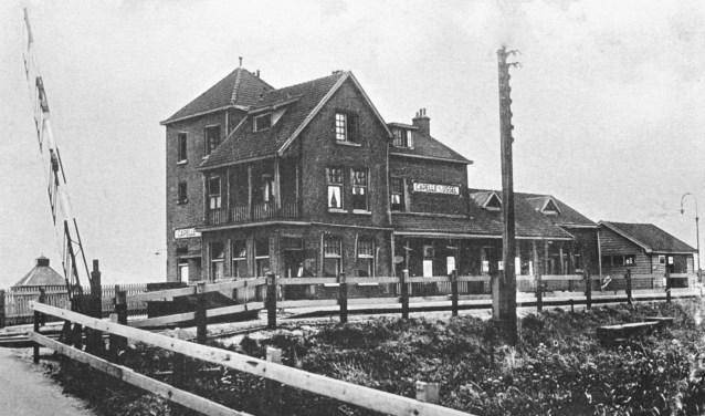 In het gebouw waren dienstruimten en wachtkamers 2e en 3e klasse. De stationschef woonde met zijn gezin bovenin het gebouw.