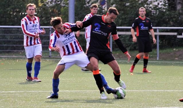 WSC-aanvoerder Nicky van Ooijen, in het oranje/zwart, in zijn bekende stijl. De komende twee duels zijn bepalend voor WSC. Blijft de ploeg tweedeklasser of zakt het verder weg? Foto: Wout Pluijmert