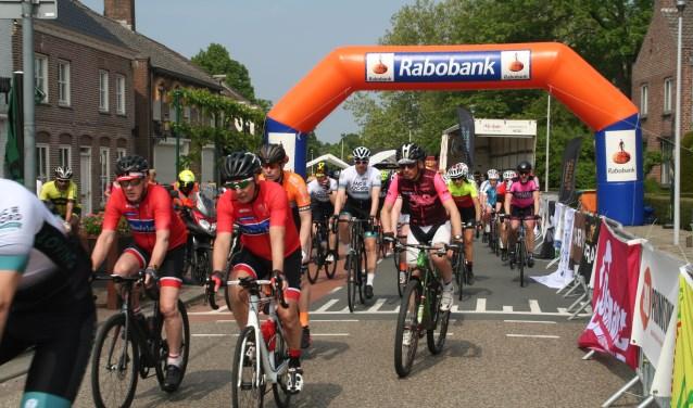 Vele deelnemers van binnen  en buiten de regio gingen vol goede moed van start in de Kerkstraat in Ammerzoden. foto Mart Somers