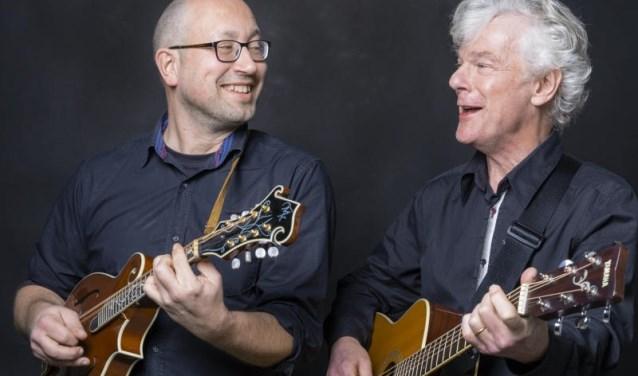 Odin Dekkers (zang, snaren, mondharmonica) en Maarten Steenmeijer  (zang, gitaar, percussie) van Tuesday Moon. (foto: Ingrid Verhey)