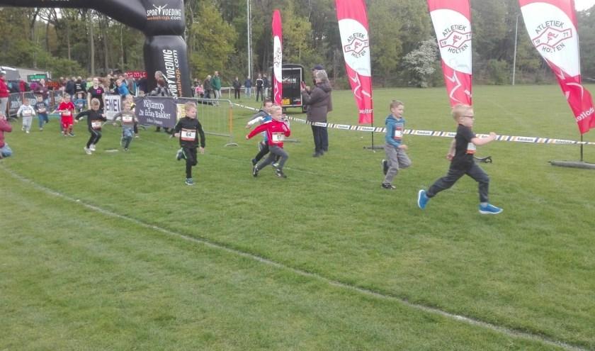 Vol enthousiasme beginnen de jongste atleten aan de wedstrijd. Foto: AV Holten.