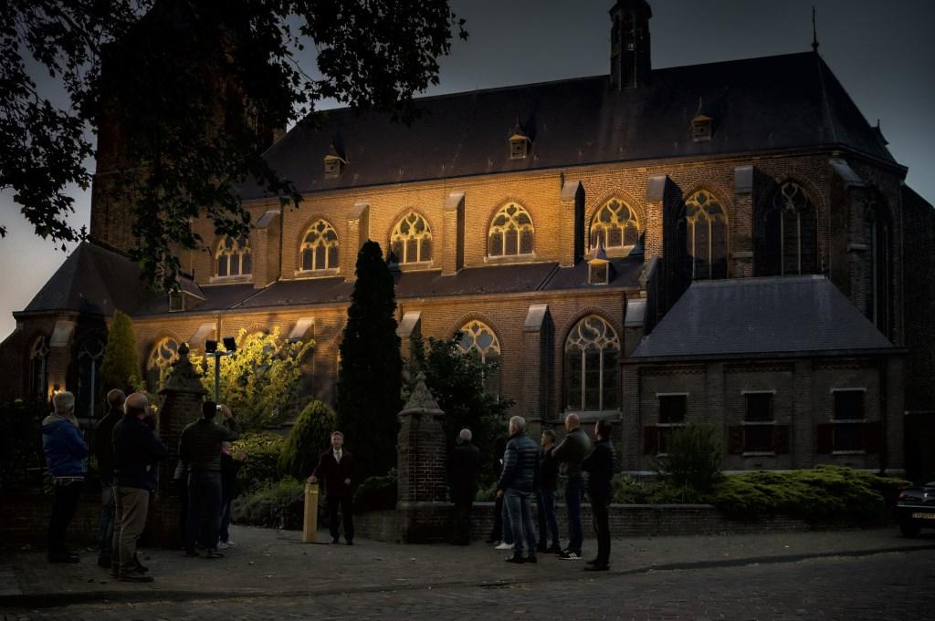 Met een druk op de knop schakelde wethouder Johan van der Schoot de laatste verlichting over op LED.