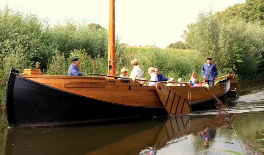 De schippers staan klaar om alles te vertellen over het reilen en zeilen van de scheepvaart. Eigen foto.
