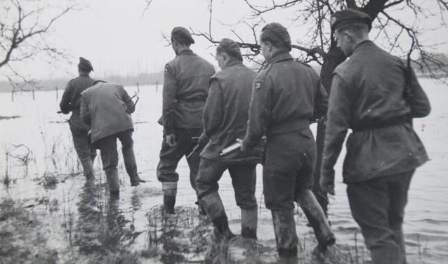 Soldaten in ondergelopen land