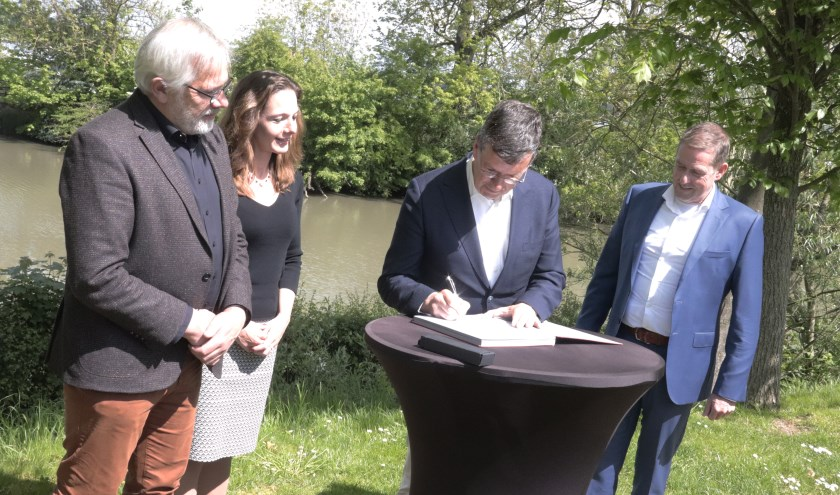 Wethouder Joost Reus ondertekent contract over Liniepont voor de gemeente Culemborg