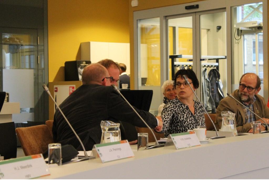 Felicitaties van VVD raadslid Henk Hartemink voor Linda Oonk, nieuw raadslid in de gemeenteraad Aalten. Foto: Leo van der Linde © Persgroep