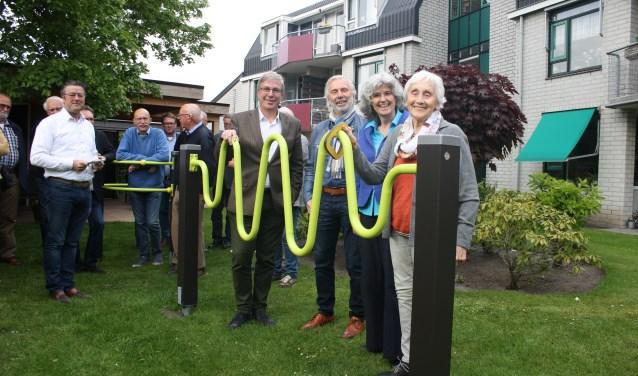 Betty Baake, bewoonster van Woon en Zorgcentrum Herfstzon, nam afgelopen week het seniorenspeeltoestel in gebruik, dat geschonken werd door Rotary Rijssen Regge Regio. Foto: Rc RRR.