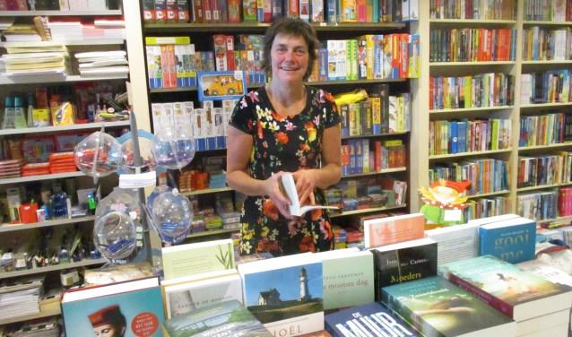 Willy Wouters in haar Boekhandel De Boekenmolen die twintig jaar bestaat. FOTO: MARCEL VAN DER VOORT.