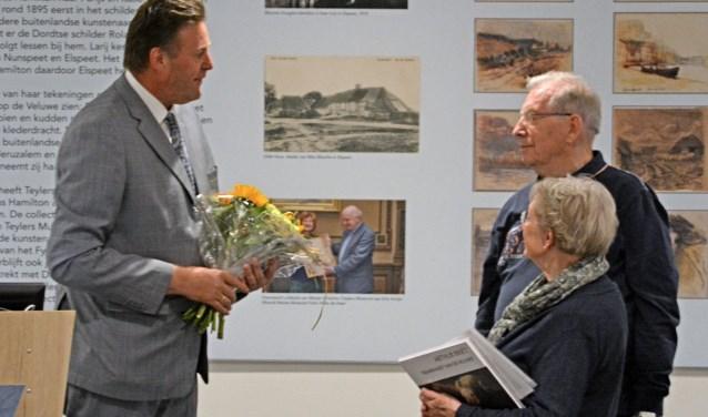 Burgemeester Breunis van de Weerd (l.) verwelkomt de bijzondere gasten. (Foto: Noord Veluws Museum)