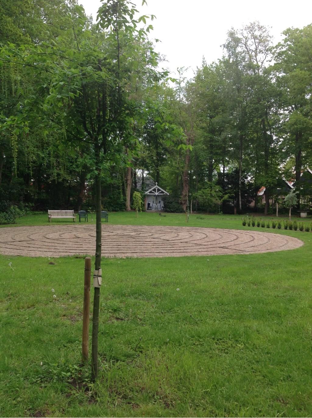 Het labyrint in de stiltetuin van het klooster