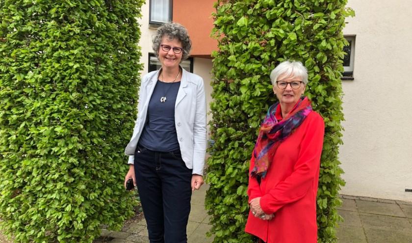 Nanda Poulisse (links), zusje van missionaris Maria Poulisse, en Anja de Leeuw (rechts), de nieuwe voorzitter van de stichting.