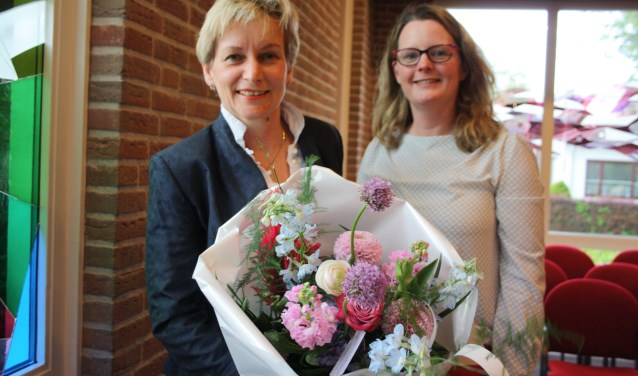 Ciska Stark kreeg van wethouder Tirtsa Kamstra namens de gemeente Vijfheerenlanden een fraaie bos bloemen vergezeld van een envelop met inhoud. Foto: Mieneke Lever-van Dieren