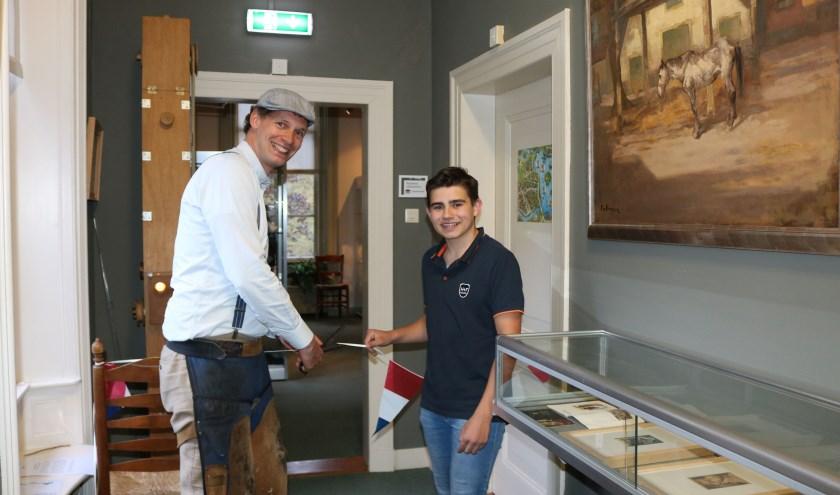 Evert Klinkhamer en Maarten Nijsink verrichten samen de opening van de expositie over de Kameleon op kasteel de Oosterhof. Foto: Rijssens Museum.