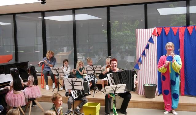 Het hele circus in beeld tijdens het optreden in de bibliotheek (foto Marjolein Kranenburg).
