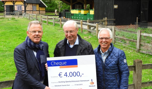 Ton Leeuwenkuil en Harrie Hilbrink boden Hennie Olde Loohuis van het Openluchtmuseum een cheque aan voor het bijenproject.