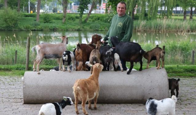 Beheerder Quirijn van den Bosch werkt al twintig jaar op de Zwijndrechtse kinderboerderij.