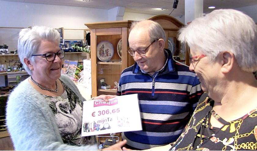 Ria Beukhof (Mijn Tafel), Jakob Berghorst vrijwilliger Speelgoedbank en Anneke Wegh Coördinator Speelgoedbank (v.l.n.r.). (Foto: Frans Sellies)