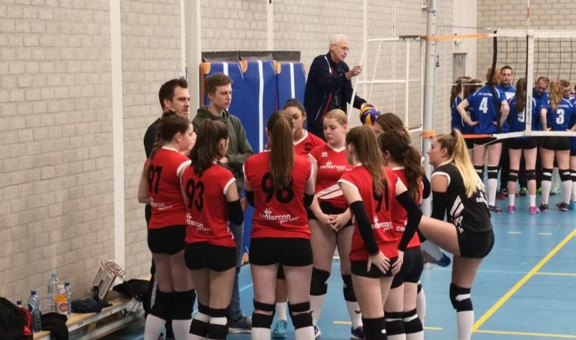 Wouter van er Pas in een coachende rol bij één van de juniorenteams.