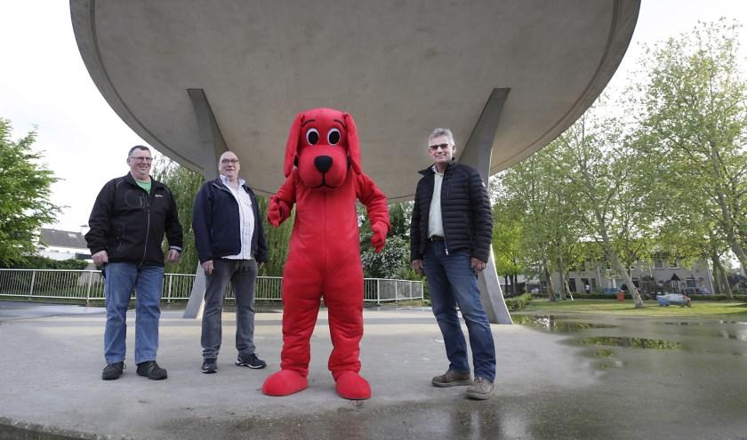 V.l.n.r.: Organisatoren Wil van Oorschot, Jos Bolder, de mascotte en Johan Heeren. FOTO: Jurgen van Hoof.