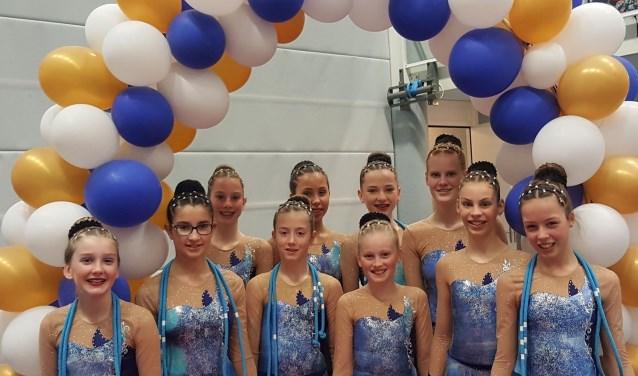 Beide teams van Fysion en diverse andere ritmische gymnasten laten tijdens het Nederlands Kampioenschap hun kunsten zien met bal, touw, knotsen, lint en hoepel.