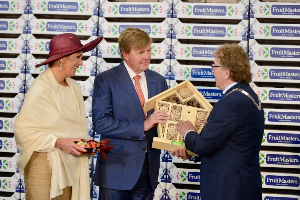 Bij het afscheid werd het koningspaar een insectenhotel aangeboden door burgemeester Harry Keereweer.  © Persgroep