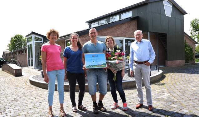 Lindy en Hein Hendrikx werden verrast met de plattelandsaward. (foto Marco van den Broek)