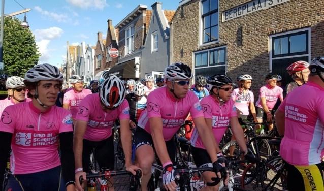 Ook in 2017 ging de Giro di Schouwen-Duiveland voor wielercafé De Gekroonde Suikerbiet van start. De roze shirtjes vormen een vrolijk tafereel.