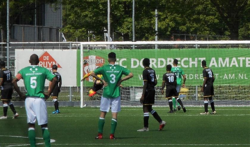 De openingsgoal van FC Dordrecht Amateurs in beeld. Ilhan Solak krult vanaf dik 35 meter een vrije trap achter de vergeefs uitvallende SSW-doelman Lowie Holzken.
