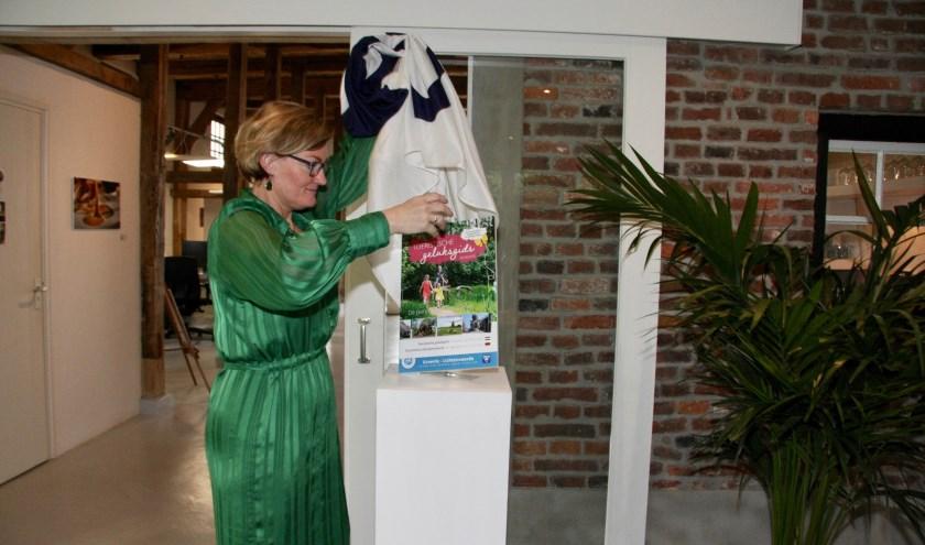 Wethouder Marieke Frank onthult de nieuwe Geluksgids.