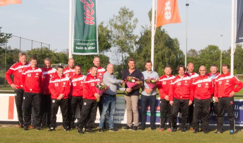 Omringd door leden van beide teams in de nieuwetrainingspakken ontvangen de sponsors als dank een bloemetje uit handen van de SVBV sponsorcommissie.