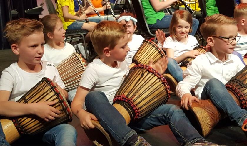 Groep 3 Wilhelminaschool speelt op djembé's. Foto: J.Hardeman.