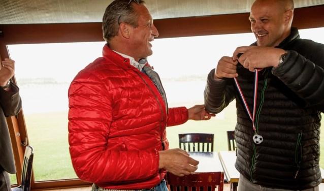 Prijsuitreiking met Armstrong van de Fliert (winnaar) en Peter Snijders (eigenaar Voetgolf Maurik). (Foto's: Annemarie Bakker)