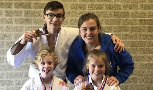 vlnr: Jitske, Bryan, Martine, Amber met hun medailles