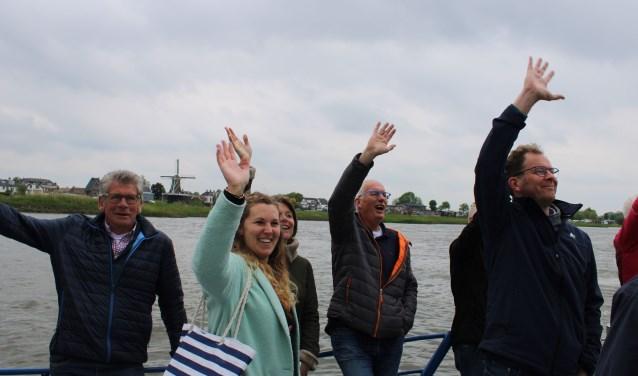 Na de presentatie aan de Overijsselse kant,  nam de Heerder delegatie enthousiast afscheid en vertrok met het Kozakkenveer weer naar Veessen.