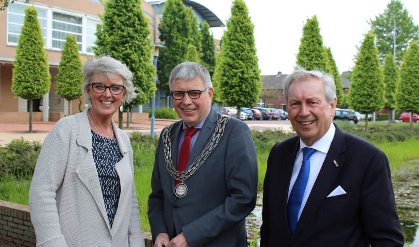 Beoogd burgemeester Doret Tigchelaar-van Oene, burgemeester Henk Robben en oud-burgemeester Bernard Kobes. Foto: Gemeente Wierden.