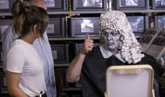 Frans Bauer kruipt in de huid van Antoni van Leeuwenhoek, pionier in kankeronderzoek. Het Antoni van Leeuwenhoekziekenhuis is naar hem vernoemd.