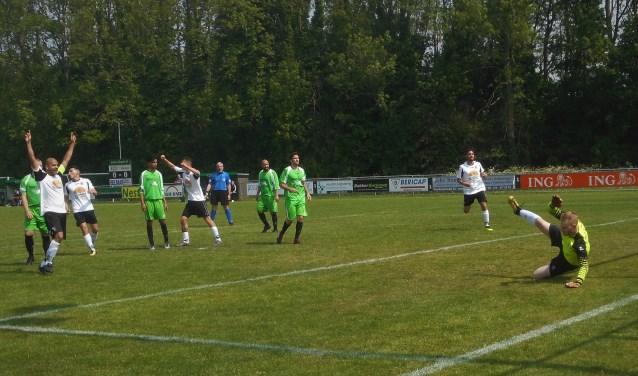 Afscheidsnemer Koen Willemsen (l) in juichstand bij een van de zeven goals van zijn RCD.