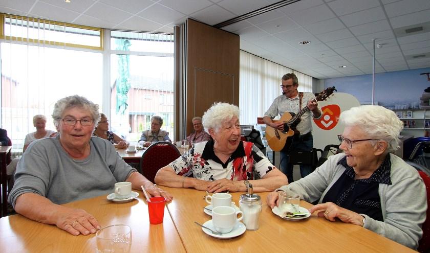 Als Peter Sluiter begint te zingen doen de ouderen in Angeren al meteen spontaan mee. (foto: Kirsten den Boef)