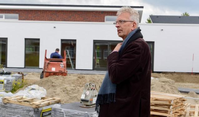 Directeur Adri Beevaart in de in aanleg zijnde belevingstuin kijkt vol trots naar het nieuwe energiezuinige gebouw.