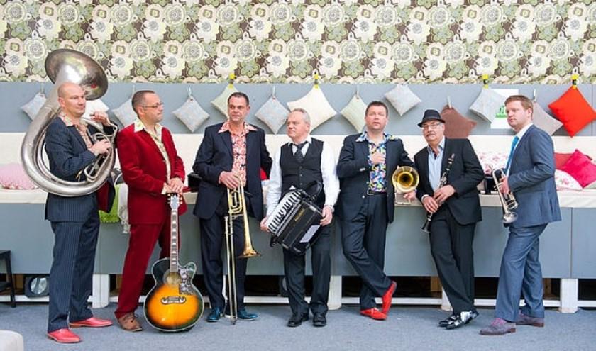 De 7 muzikanten van De Zjoem, komen uit Vessem, Veldhoven, Oerle, Oirschot en Middelbeers en brengen het beste in elkaar naar boven. FOTO: De ZjoemZjoem.