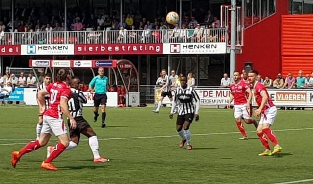 Dans om de bal tijdens de wedstrijd tussen DOVO en Achilles'29. Beide ploegen deelden de punten. (Foto: Henk Jansen)