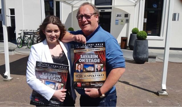 Patrick van Zuiden met dochter Eline voor de plek dat als decor voor het aankomende musicalfestijn gaat dienen