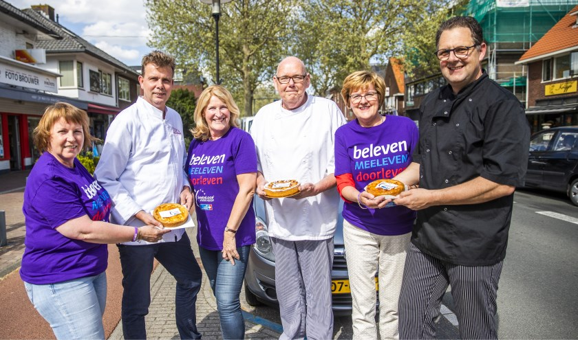 Drie bakkers presenteren hun taartjes aan Anja, Dianne en Nel van de SamenLoop voor Hoop. FOTO: Jeroen Jumelet