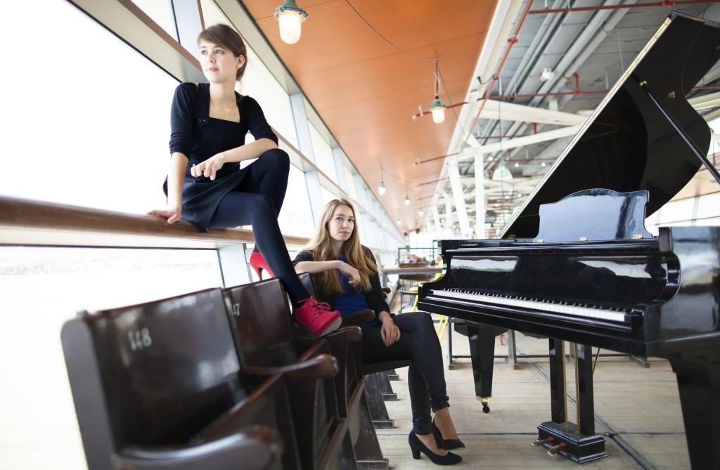 Er zullen bij het orkest professionele solisten optreden met zang door Anneke Luyten en het theatrale pianoduo Beth en Flo met repertoire van Gershwin en Bernstein.