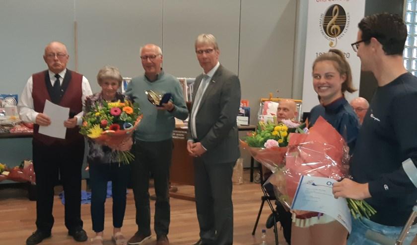 Jubilerende leden vergezeld door wethouder Van Wiggen.