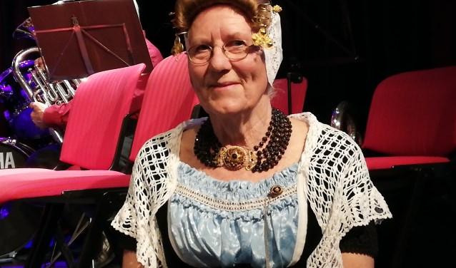 Riet de Meij-Goedhart gekleed in Westkappelse dracht zingt naar hartelust mee in het Westkappels Koor. Foto: Conny den Heijer