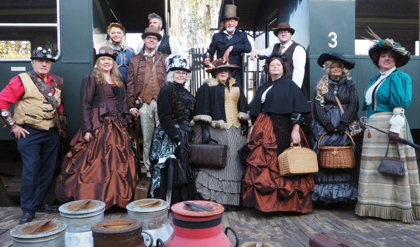 Opvallende bezoekers zondag: De Tijdreizigers. Het gezelschap trekt kleding uit de Victoriaanse tijd aan.