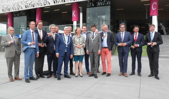 Staatssecretaris Stientje van Veldhoven proost met de verschillende partijen op het station. Foto: Kees van Rongen