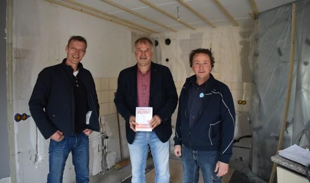 Gerben Voortman (links) en David Gosseling (rechts) hebben beiden een pluim ontvangen van Alfons Woolderink (midden) van SBB. Foto: Jolien van Gaalen.