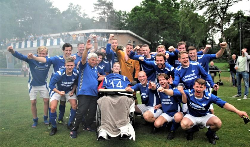 Foto: Emiel Vermeer kreeg het kampioensshirt aangeboden van de spelers. Foto: gertbudding.nl